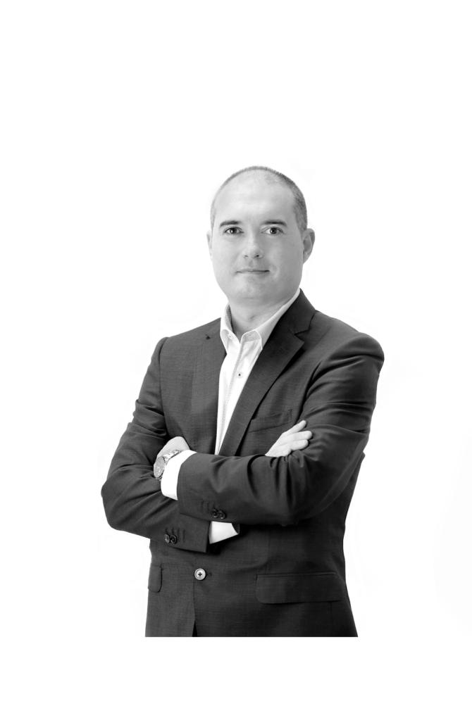raul oliva  670x1030 - Raúl Oliva